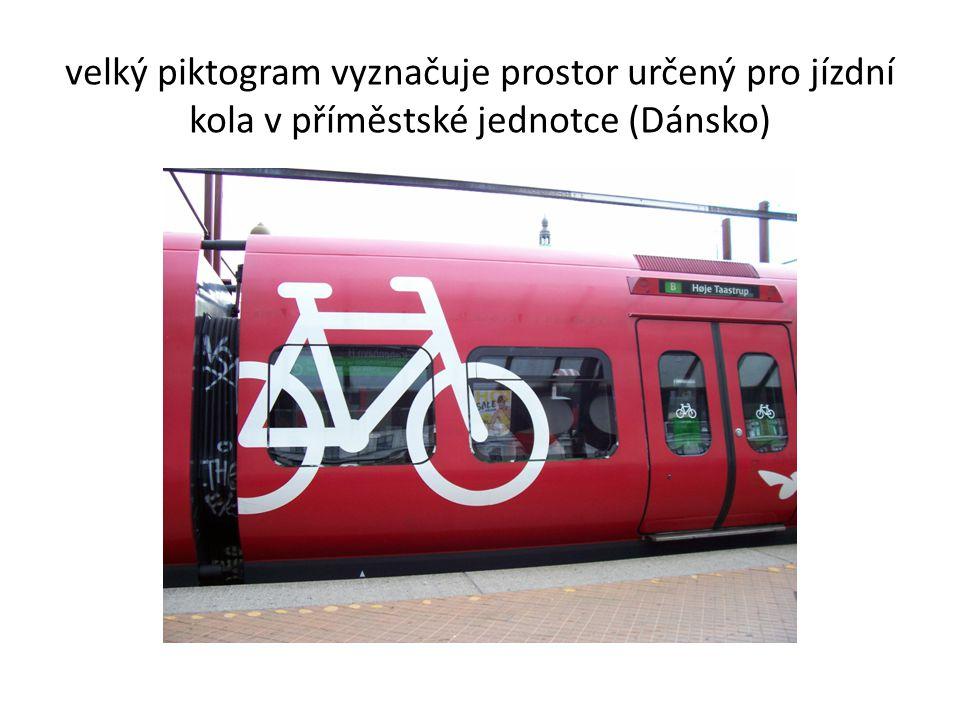velký piktogram vyznačuje prostor určený pro jízdní kola v příměstské jednotce (Dánsko)