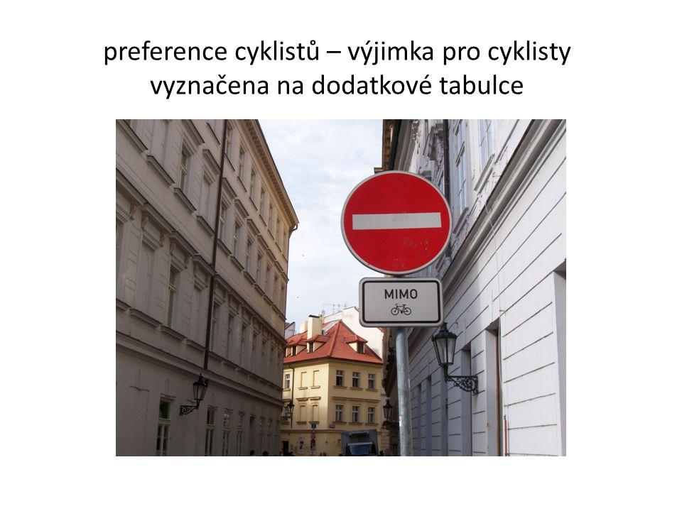 preference cyklistů – výjimka pro cyklisty vyznačena na dodatkové tabulce