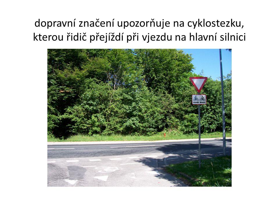 dopravní značení upozorňuje na cyklostezku, kterou řidič přejíždí při vjezdu na hlavní silnici