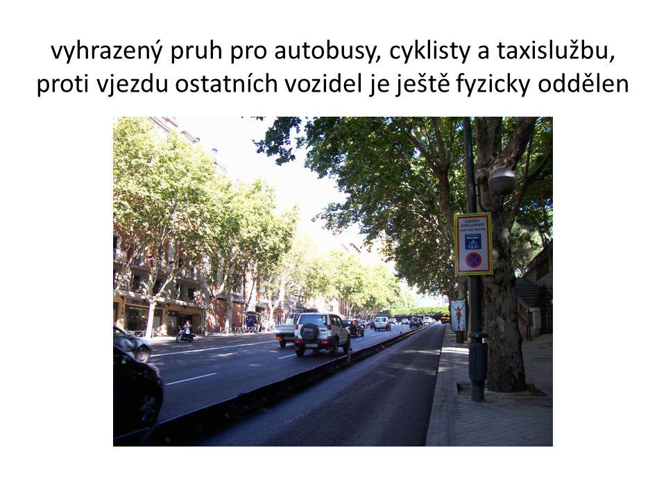 vyhrazený pruh pro autobusy, cyklisty a taxislužbu, proti vjezdu ostatních vozidel je ještě fyzicky oddělen
