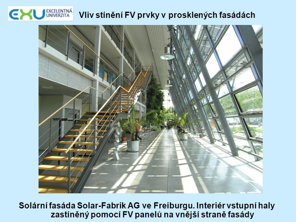 Vliv stínění FV prvky v prosklených fasádách Solární fasáda Solar-Fabrik AG ve Freiburgu. Interiér vstupní haly zastíněný pomocí FV panelů na vnější s