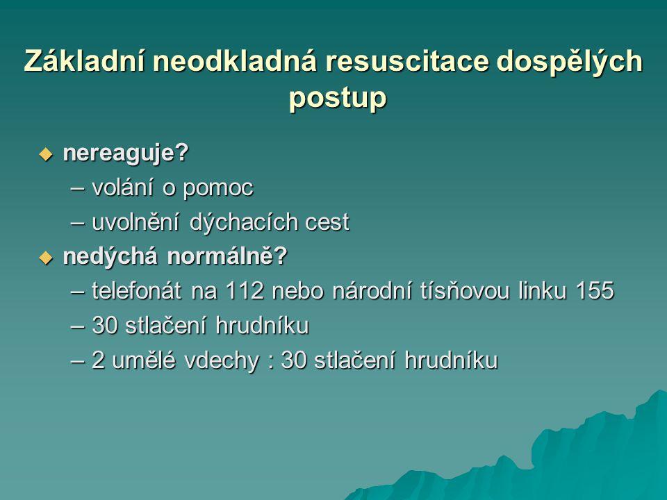 Základní neodkladná resuscitace dospělých postup  nereaguje? –volání o pomoc –uvolnění dýchacích cest  nedýchá normálně? –telefonát na 112 nebo náro