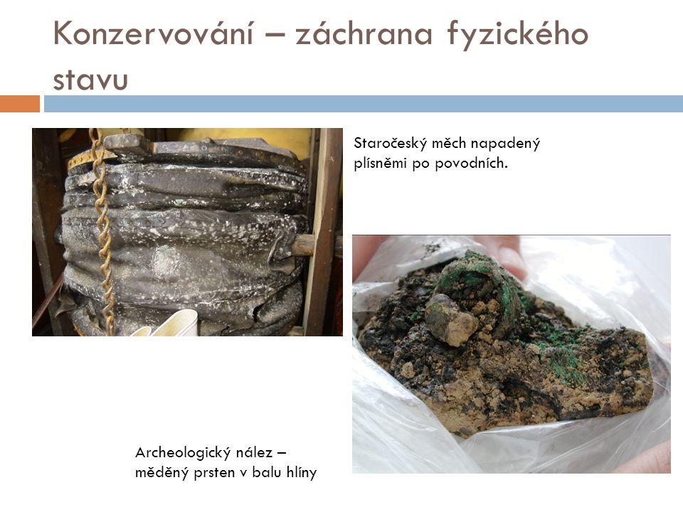 Konzervování – záchrana fyzického stavu Staročeský měch napadený plísněmi po povodních. Archeologický nález – měděný prsten v balu hlíny