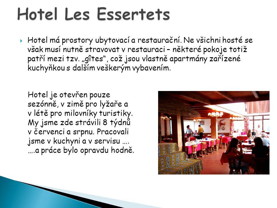  Hotel má prostory ubytovací a restaurační.