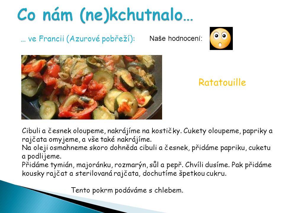 … ve Francii (Azurové pobřeží): Cibuli a česnek oloupeme, nakrájíme na kostičky.