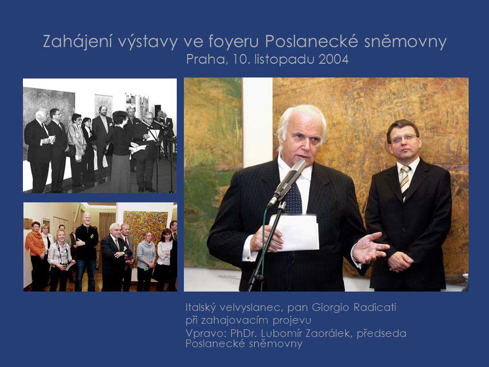 Zahájení výstavy ve foyeru Poslanecké sněmovny Praha, 10. listopadu 2004 Italský velvyslanec, pan Giorgio Radicati při zahajovacím projevu Vpravo: PhD