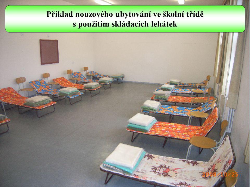 Příklad nouzového ubytování v tělocvičně, kulturním domě s použitím zdravotnických nosítek