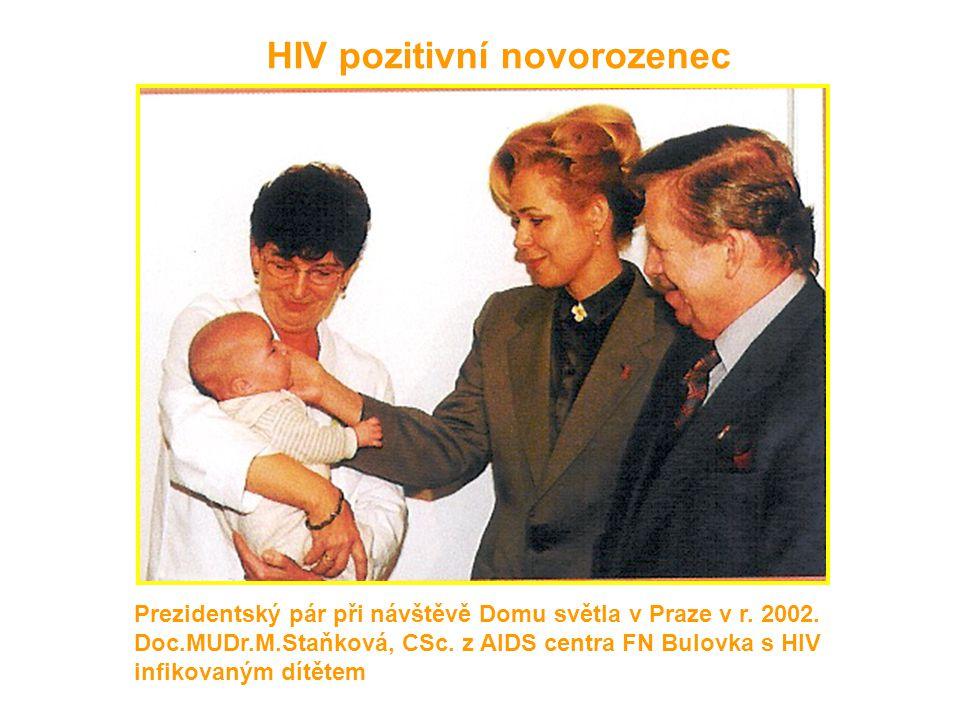 HIV pozitivní novorozenec Prezidentský pár při návštěvě Domu světla v Praze v r. 2002. Doc.MUDr.M.Staňková, CSc. z AIDS centra FN Bulovka s HIV infiko