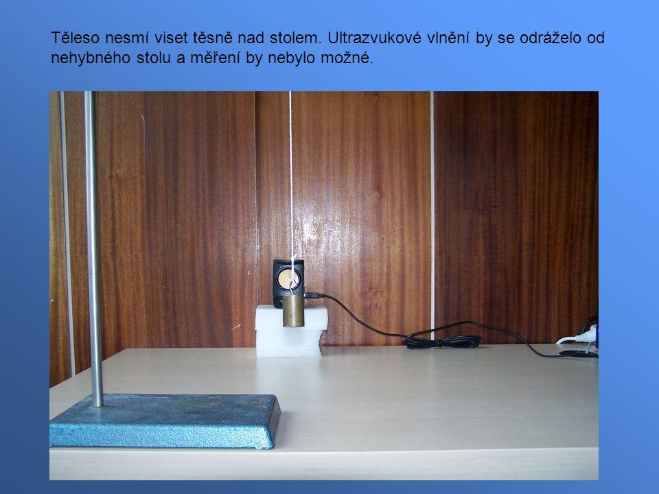 Těleso nesmí viset těsně nad stolem. Ultrazvukové vlnění by se odráželo od nehybného stolu a měření by nebylo možné.