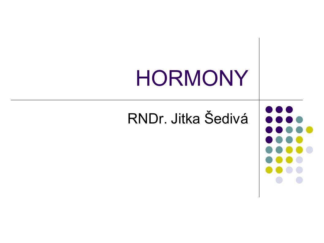 Charakteristika hormonů  Regulátory činnosti buněk, tkání, orgánů  Zajišťují v těle homeostázu  Nejsou zdrojem energie, ani látky stavební  Vznikají ve speciálních orgánech a žlázách  Jsou přenášeny krví  V těle se tvoří i odbourávají  Zpětná vazba řídí tvorbu hormonů  Jsou různého chemického původu