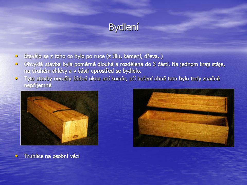 Bydlení • Stavělo se z toho co bylo po ruce (z Jílu, kamení, dřeva..) • Obvyklá stavba byla poměrně dlouhá a rozdělena do 3 částí. Na jednom kraji stá