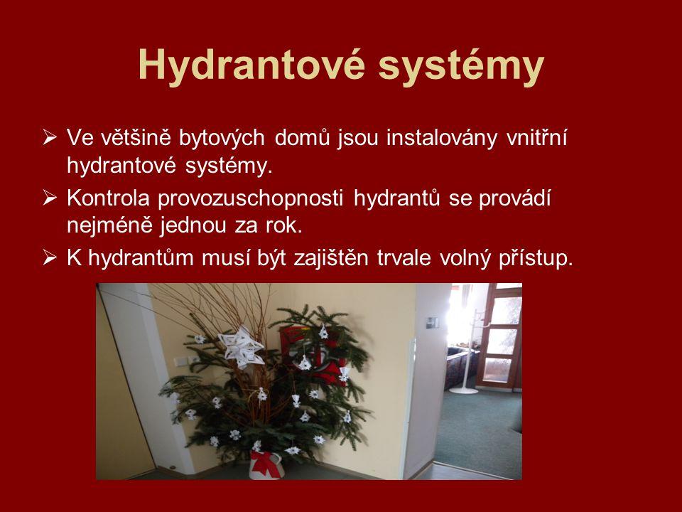 Hydrantové systémy  Ve většině bytových domů jsou instalovány vnitřní hydrantové systémy.  Kontrola provozuschopnosti hydrantů se provádí nejméně je