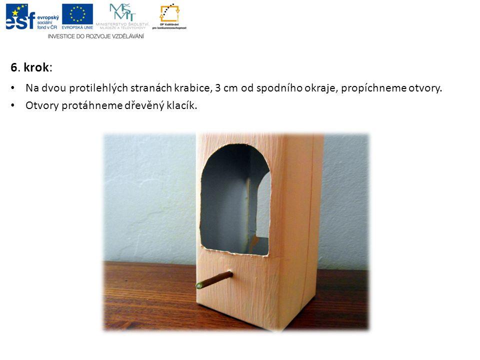 6. krok: • Na dvou protilehlých stranách krabice, 3 cm od spodního okraje, propíchneme otvory. • Otvory protáhneme dřevěný klacík.