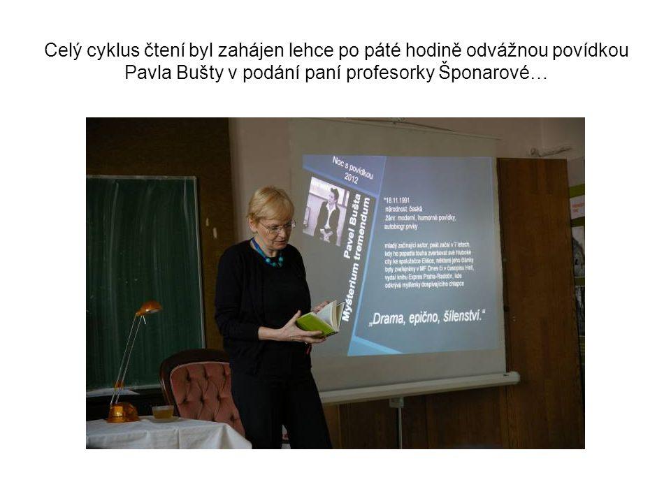 Celý cyklus čtení byl zahájen lehce po páté hodině odvážnou povídkou Pavla Bušty v podání paní profesorky Šponarové…