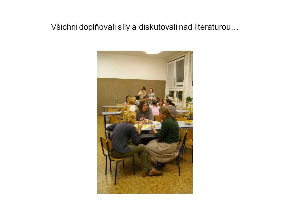 Všichni doplňovali síly a diskutovali nad literaturou…