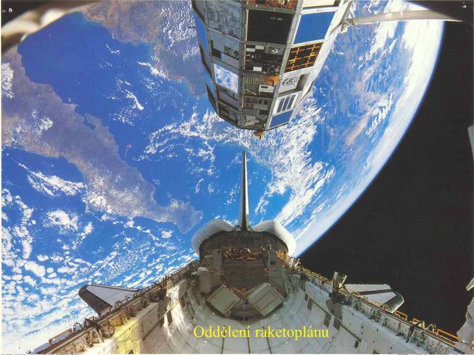 Přistávající raketoplán se zajatým Mimozemšťanem