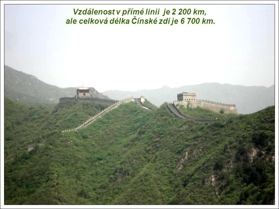 Čínská zeď je v nejbližším bodu od Pekingu vzdálena 80 km. První z těchto prvků Čínské zdi byly postaveny před více než 2000 lety. Zeď měří na výšku 8