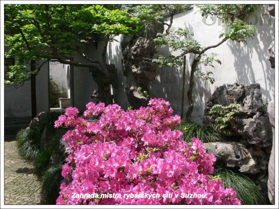 Suzhou je po staletí známo pro své překrásné zahrady. je po staletí známo pro své překrásné zahrady. Již Marco Polo jej popsal jako překrásné město. J