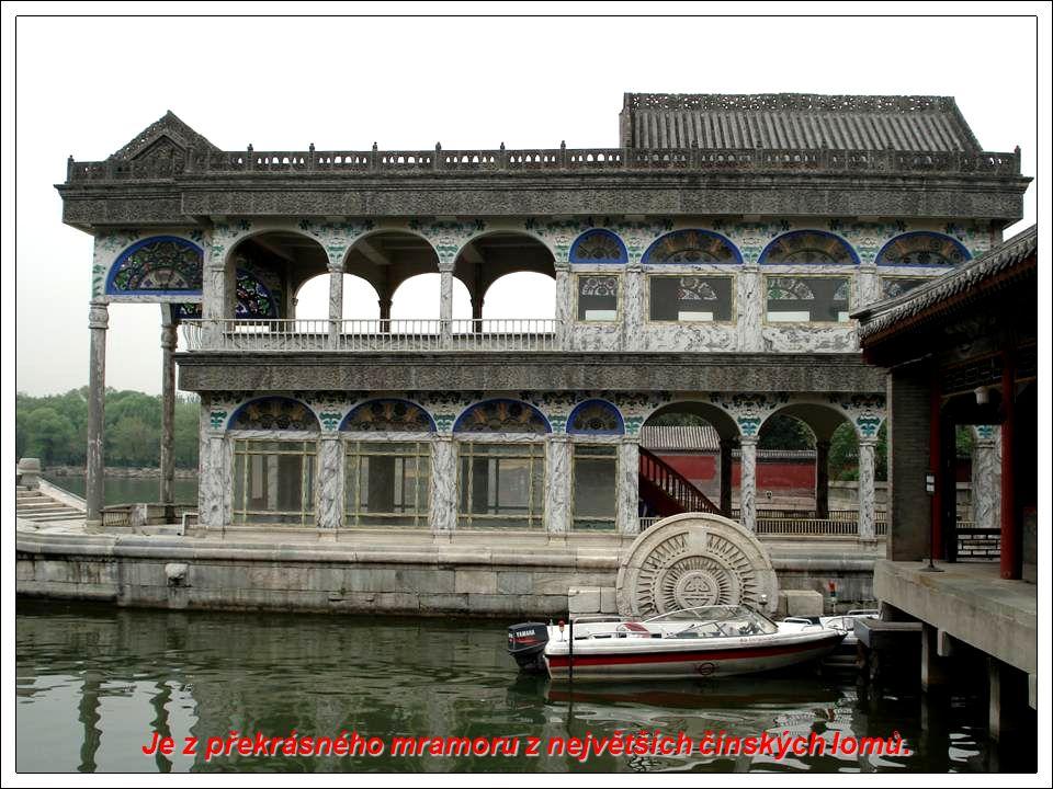 Letní palác je velmi oceňován tisíci Pekingských návštěvníků.