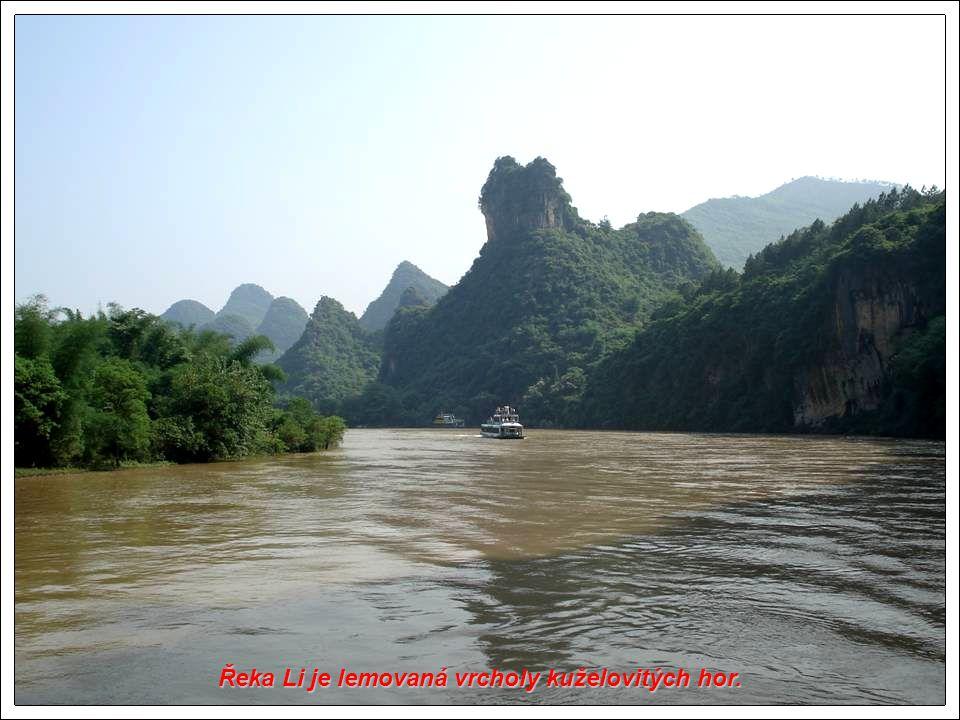 Řeka Li je lemovaná vrcholy kuželovitých hor.