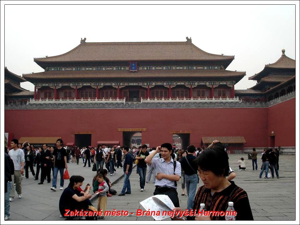 Peking: Brána Nebeského míru jižně od Zakázaného města. V současné době se nachází již v samém centru Pekingu.