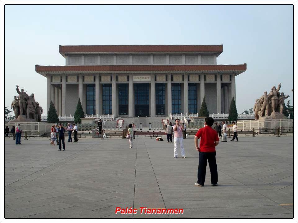 Jižní brána od náměstí Tiananmen Jižní brána od náměstí Tiananmen