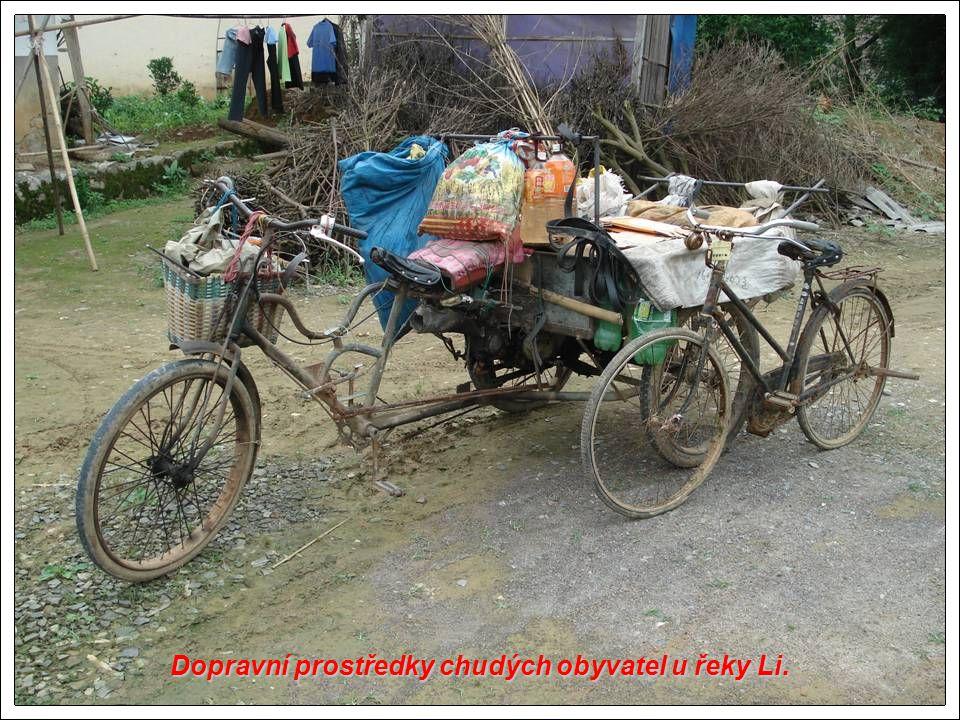 Dopravní prostředky chudých obyvatel u řeky Li.