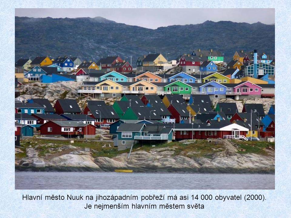 Hlavní město Nuuk na jihozápadním pobřeží má asi 14 000 obyvatel (2000).