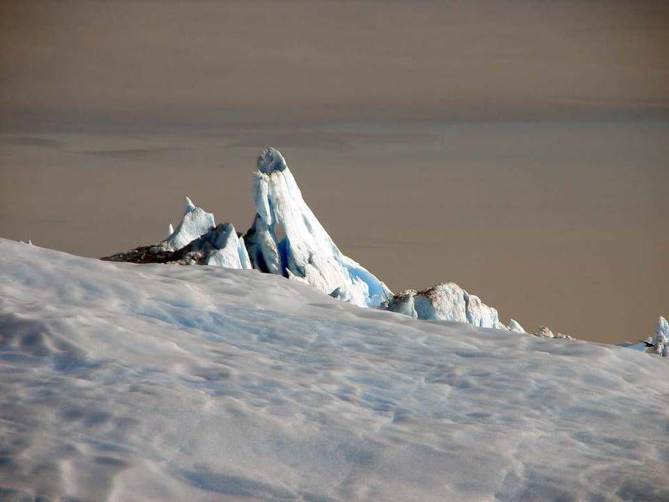 Zbytek pokrývá led dosahující místy mocnosti až 3 000 m