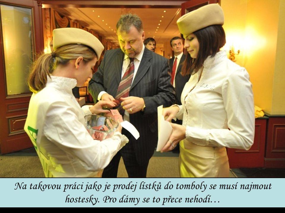 Na takovou práci jako je prodej lístků do tomboly se musí najmout hostesky.