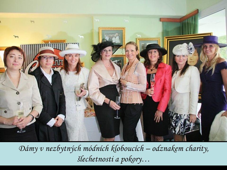 Dámy v nezbytných módních kloboucích – odznakem charity, šlechetnosti a pokory…