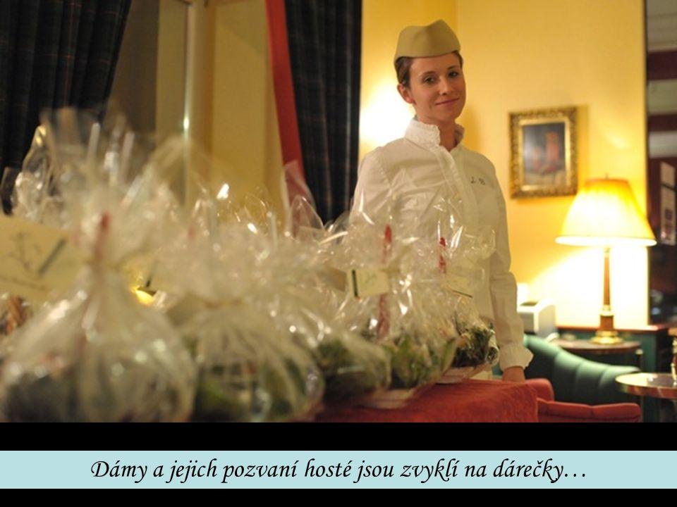 Dámy a jejich pozvaní hosté jsou zvyklí na dárečky…