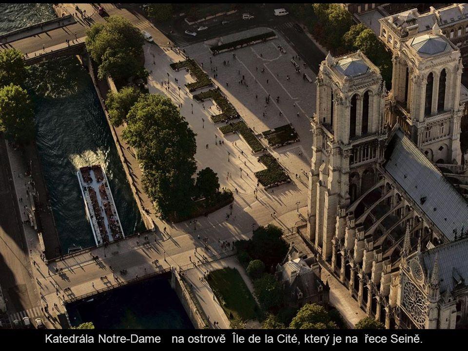 Katedrála Notre-Dame na ostrově Île de la Cité, který je na řece Seině.