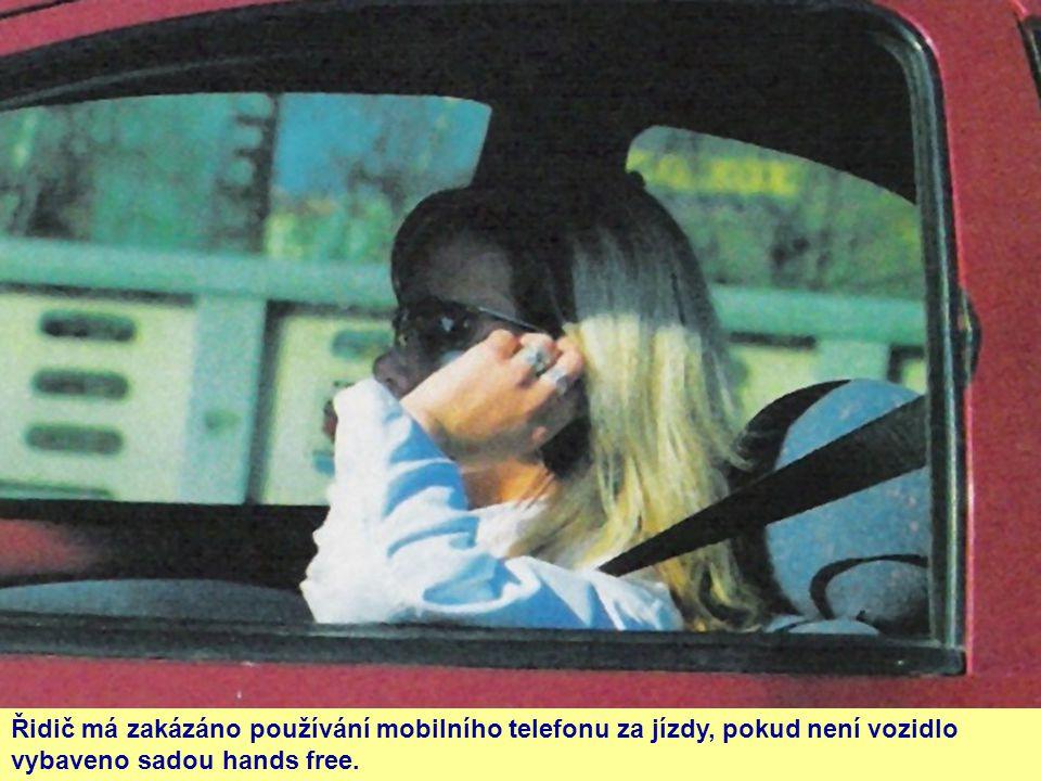 Řidič má zakázáno používání mobilního telefonu za jízdy, pokud není vozidlo vybaveno sadou hands free.