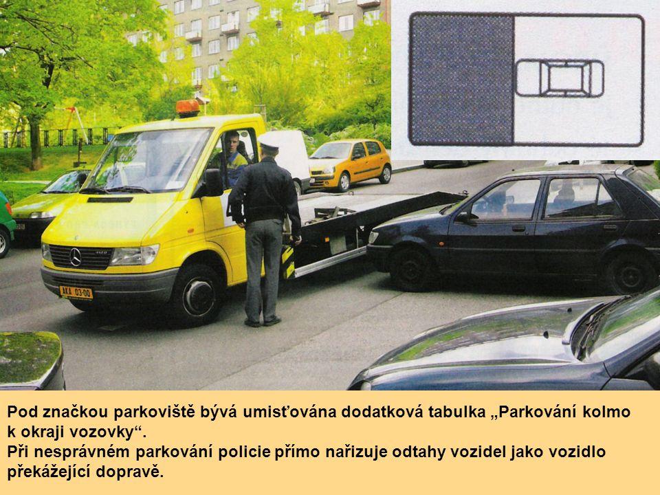 """Pod značkou parkoviště bývá umisťována dodatková tabulka """"Parkování kolmo k okraji vozovky"""". Při nesprávném parkování policie přímo nařizuje odtahy vo"""