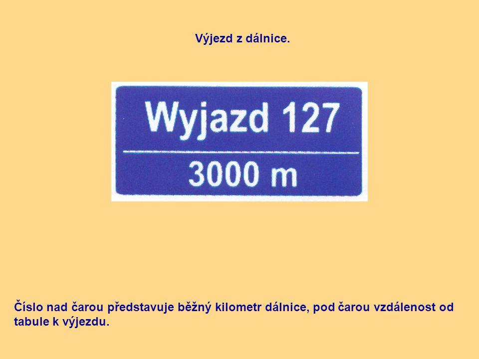 Výjezd z dálnice. Číslo nad čarou představuje běžný kilometr dálnice, pod čarou vzdálenost od tabule k výjezdu.