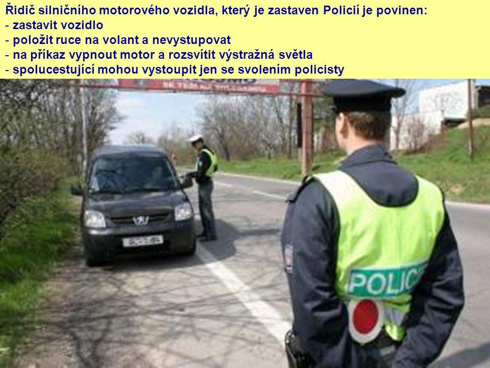 Řidič silničního motorového vozidla, který je zastaven Policií je povinen: - zastavit vozidlo - položit ruce na volant a nevystupovat - na příkaz vypn