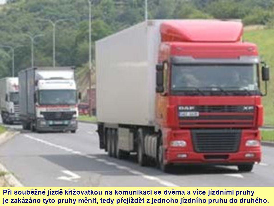 Při souběžné jízdě křižovatkou na komunikaci se dvěma a více jízdními pruhy je zakázáno tyto pruhy měnit, tedy přejíždět z jednoho jízdního pruhu do d