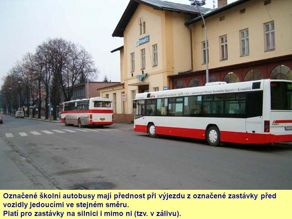 Označené školní autobusy mají přednost při výjezdu z označené zastávky před vozidly jedoucími ve stejném směru. Platí pro zastávky na silnici i mimo n
