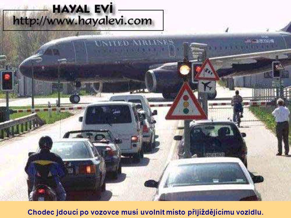 Chodec jdoucí po vozovce musí uvolnit místo přijíždějícímu vozidlu.