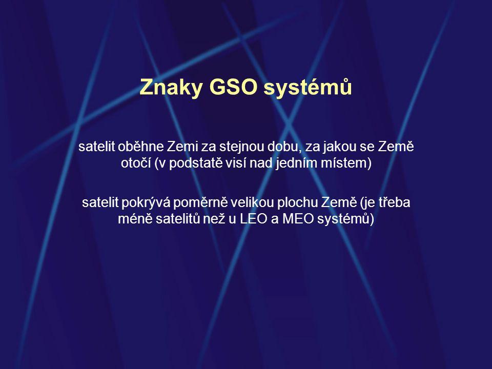 Znaky GSO systémů satelit oběhne Zemi za stejnou dobu, za jakou se Země otočí (v podstatě visí nad jedním místem) satelit pokrývá poměrně velikou plochu Země (je třeba méně satelitů než u LEO a MEO systémů)