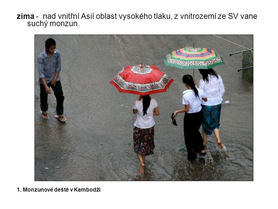 zima - nad vnitřní Asií oblast vysokého tlaku, z vnitrozemí ze SV vane suchý monzun. 1. Monzunové deště v Kambodži