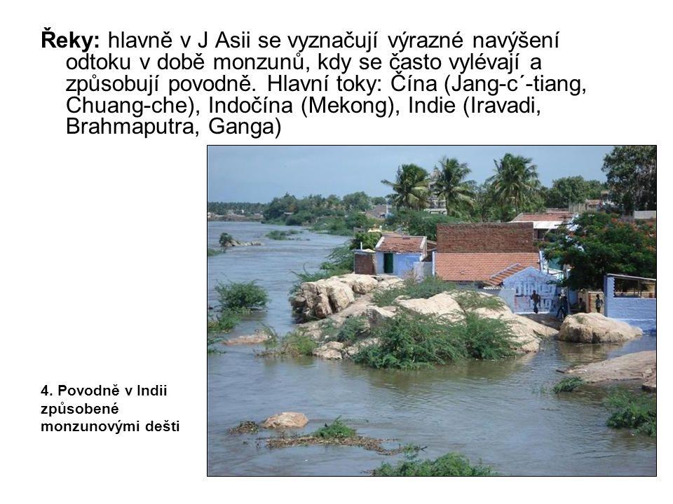 Řeky: hlavně v J Asii se vyznačují výrazné navýšení odtoku v době monzunů, kdy se často vylévají a způsobují povodně. Hlavní toky: Čína (Jang-c´-tiang