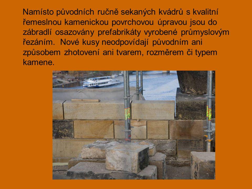 Namísto původních ručně sekaných kvádrů s kvalitní řemeslnou kamenickou povrchovou úpravou jsou do zábradlí osazovány prefabrikáty vyrobené průmyslovým řezáním.