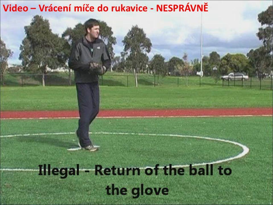 Video – Vrácení míče do rukavice - NESPRÁVNĚ