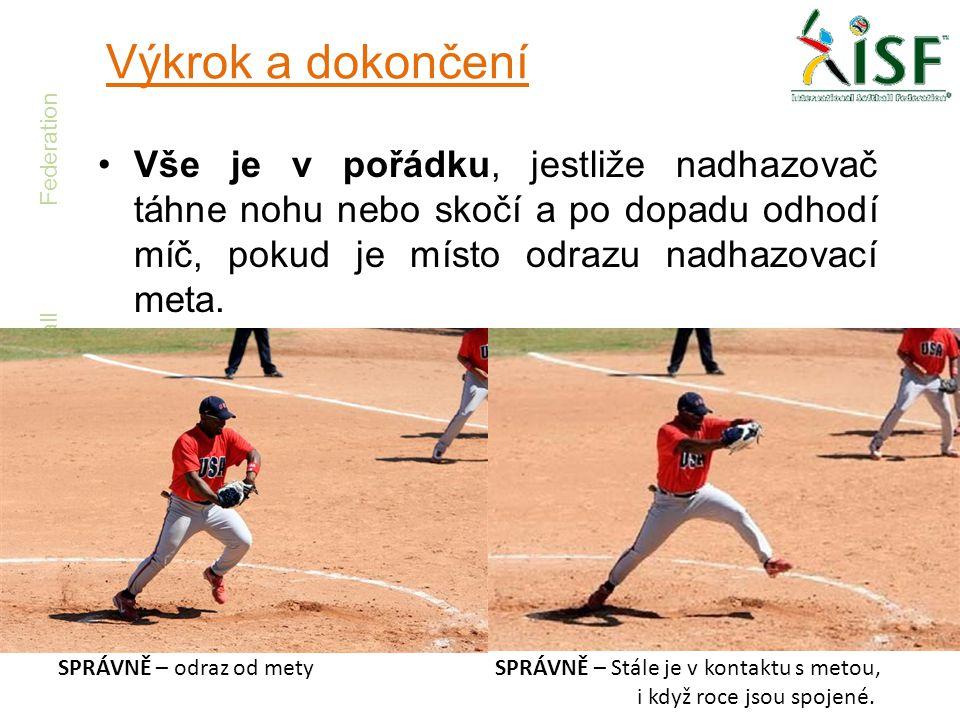 International Softball Federation Výkrok a dokončení •Vše je v pořádku, jestliže nadhazovač táhne nohu nebo skočí a po dopadu odhodí míč, pokud je mís