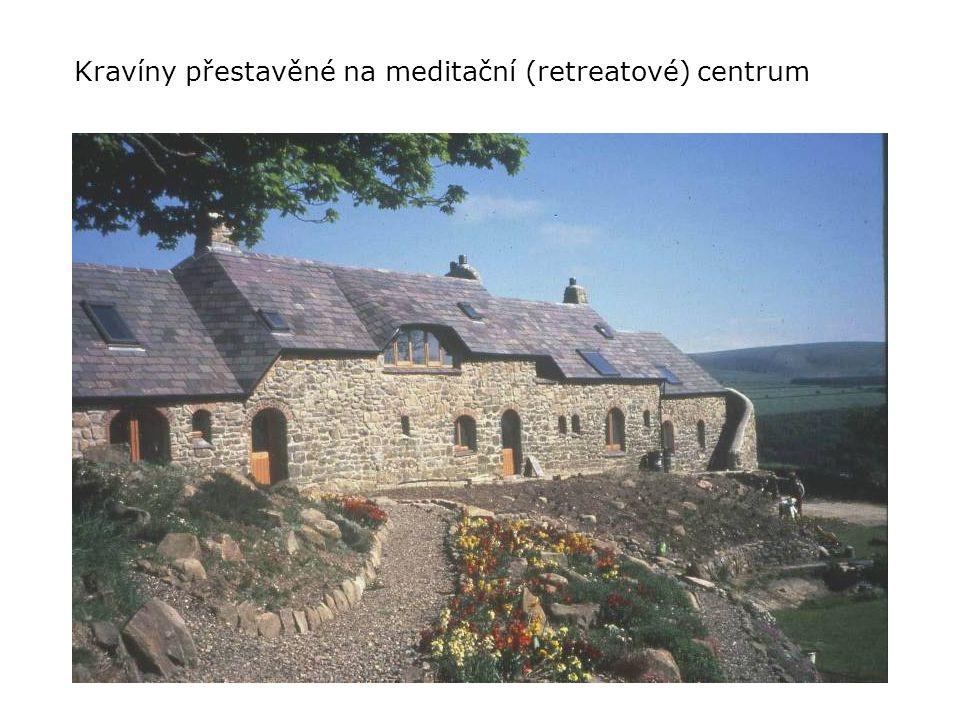 Kravíny přestavěné na meditační (retreatové) centrum