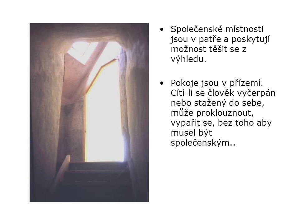 •Společenské místnosti jsou v patře a poskytují možnost těšit se z výhledu.