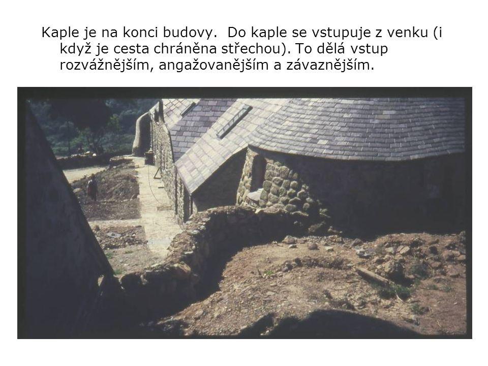 Kaple je na konci budovy. Do kaple se vstupuje z venku (i když je cesta chráněna střechou).