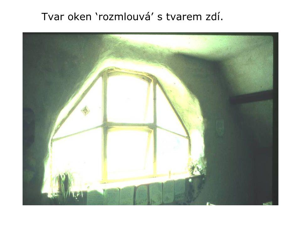 Tvar oken 'rozmlouvá' s tvarem zdí.